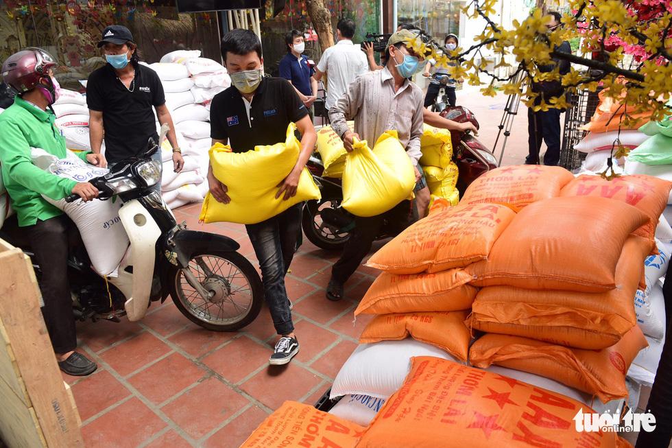 Người Sài Gòn rủ nhau chở gạo tới góp, ATM gạo nhân ái tuôn trào như suối - Ảnh 2.