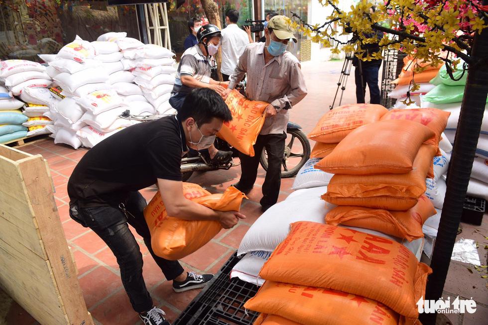 Người Sài Gòn rủ nhau chở gạo tới góp, ATM gạo nhân ái tuôn trào như suối - Ảnh 3.