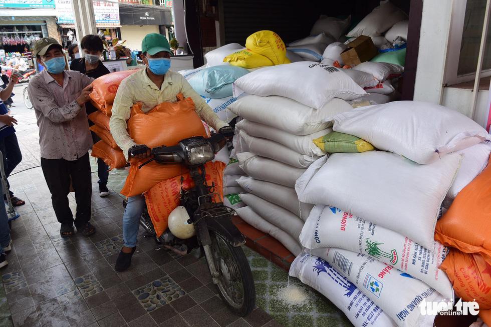 Người Sài Gòn rủ nhau chở gạo tới góp, ATM gạo nhân ái tuôn trào như suối - Ảnh 4.