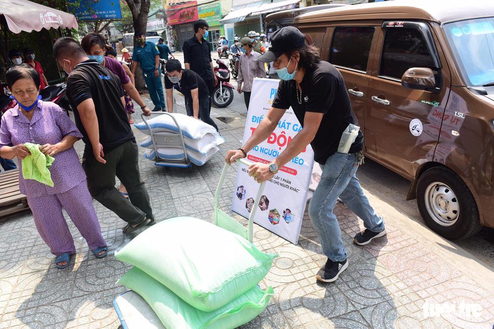 Người Sài Gòn rủ nhau chở gạo tới góp, ATM gạo nhân ái tuôn trào như suối - Ảnh 5.
