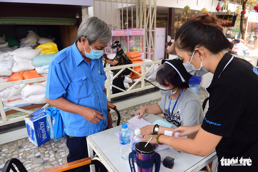 Người Sài Gòn rủ nhau chở gạo tới góp, ATM gạo nhân ái tuôn trào như suối - Ảnh 1.
