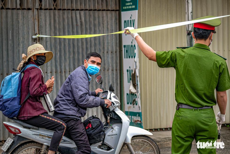 Cận cảnh cách ly thôn Hạ Lôi hơn 10.000 nhân khẩu vì liên quan bệnh nhân 243 - Ảnh 7.
