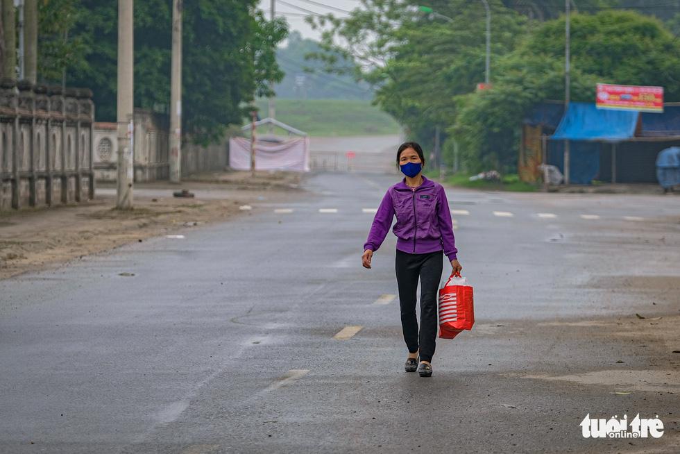Cận cảnh cách ly thôn Hạ Lôi hơn 10.000 nhân khẩu vì liên quan bệnh nhân 243 - Ảnh 8.