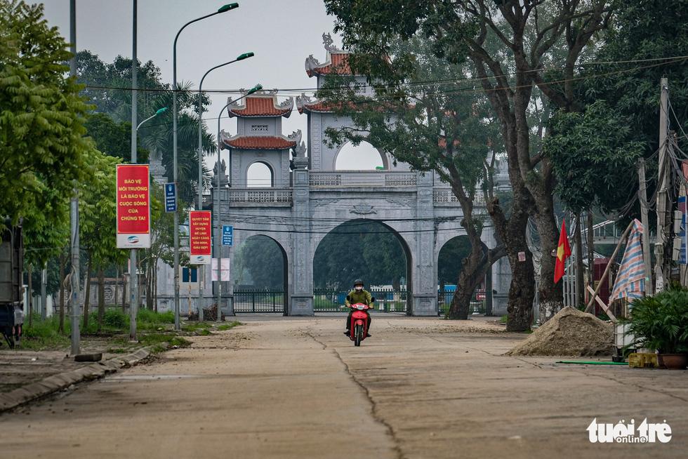 Cận cảnh cách ly thôn Hạ Lôi hơn 10.000 nhân khẩu vì liên quan bệnh nhân 243 - Ảnh 14.