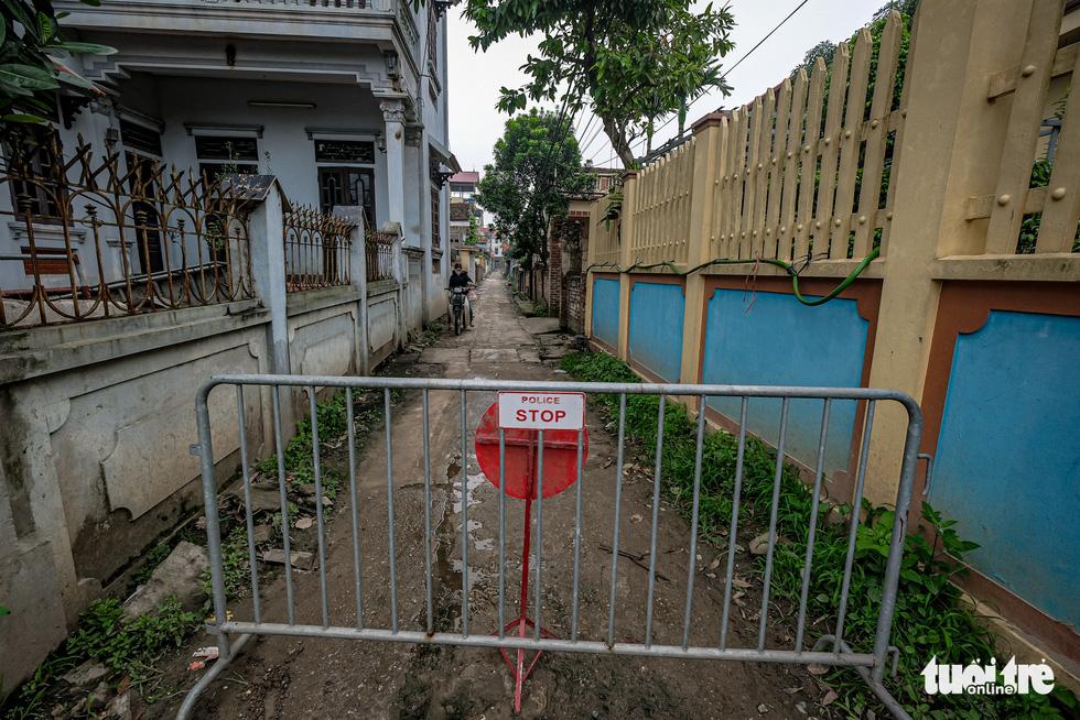Cận cảnh cách ly thôn Hạ Lôi hơn 10.000 nhân khẩu vì liên quan bệnh nhân 243 - Ảnh 9.