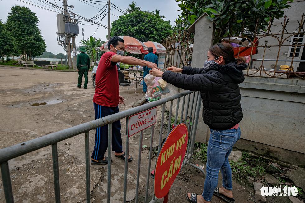 Cận cảnh cách ly thôn Hạ Lôi hơn 10.000 nhân khẩu vì liên quan bệnh nhân 243 - Ảnh 10.