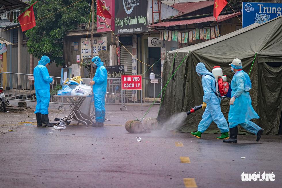 Cận cảnh cách ly thôn Hạ Lôi hơn 10.000 nhân khẩu vì liên quan bệnh nhân 243 - Ảnh 3.