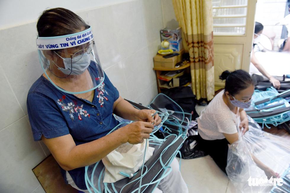 Tiểu thương Sài Gòn làm miếng chắn ngăn giọt bắn tặng y bác sĩ - Ảnh 2.