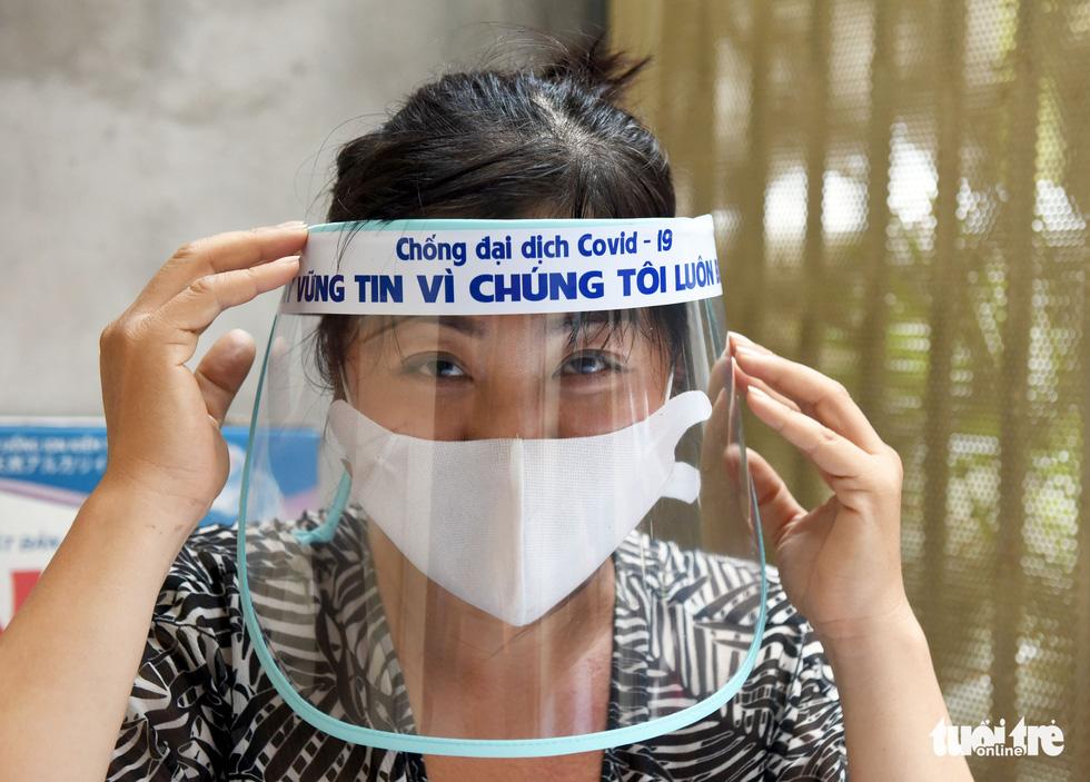 Tiểu thương Sài Gòn làm miếng chắn ngăn giọt bắn tặng y bác sĩ - Ảnh 7.