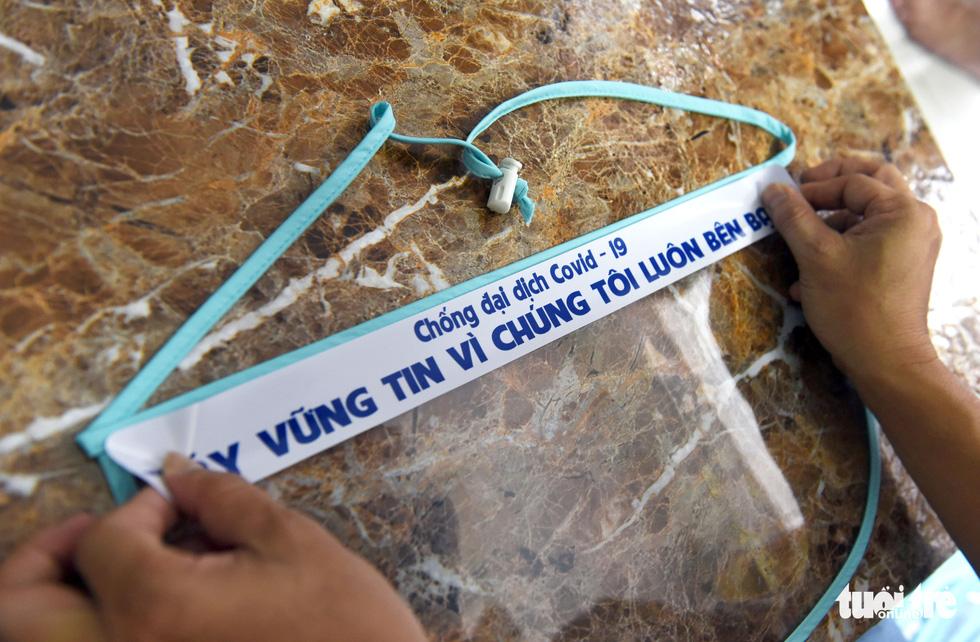 Tiểu thương Sài Gòn làm miếng chắn ngăn giọt bắn tặng y bác sĩ - Ảnh 5.