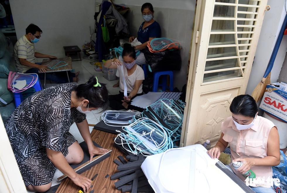 Tiểu thương Sài Gòn làm miếng chắn ngăn giọt bắn tặng y bác sĩ - Ảnh 8.