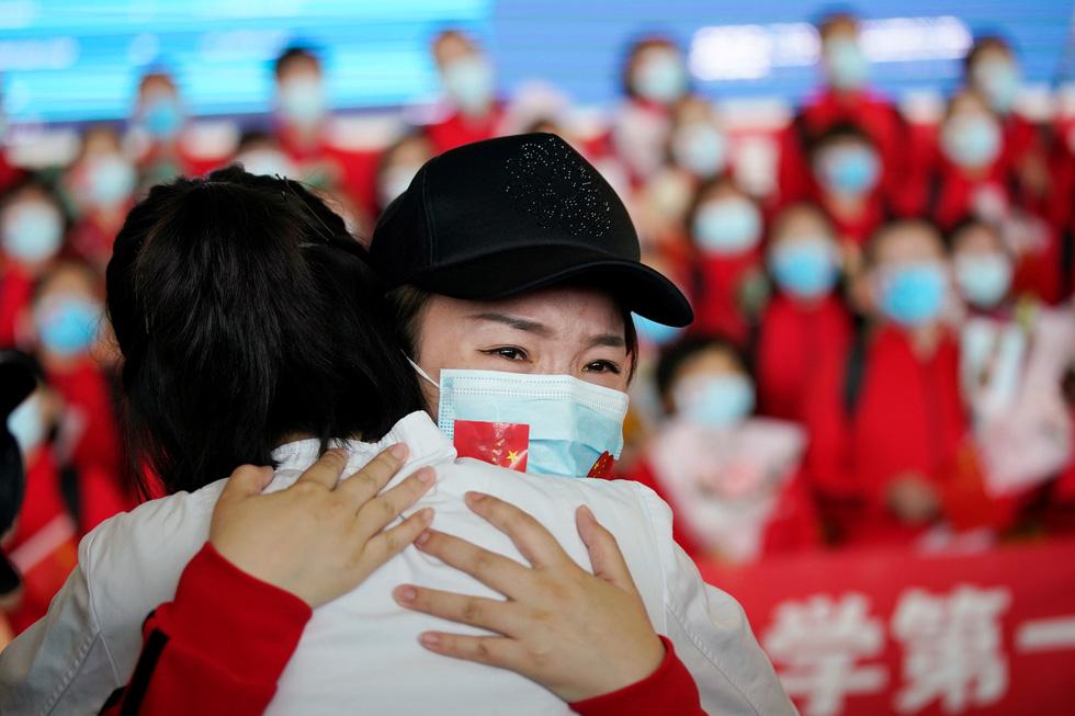 Trung Quốc chính thức dỡ bỏ phong tỏa Vũ Hán, hàng ngàn người đổ tới ga tàu - Ảnh 1.