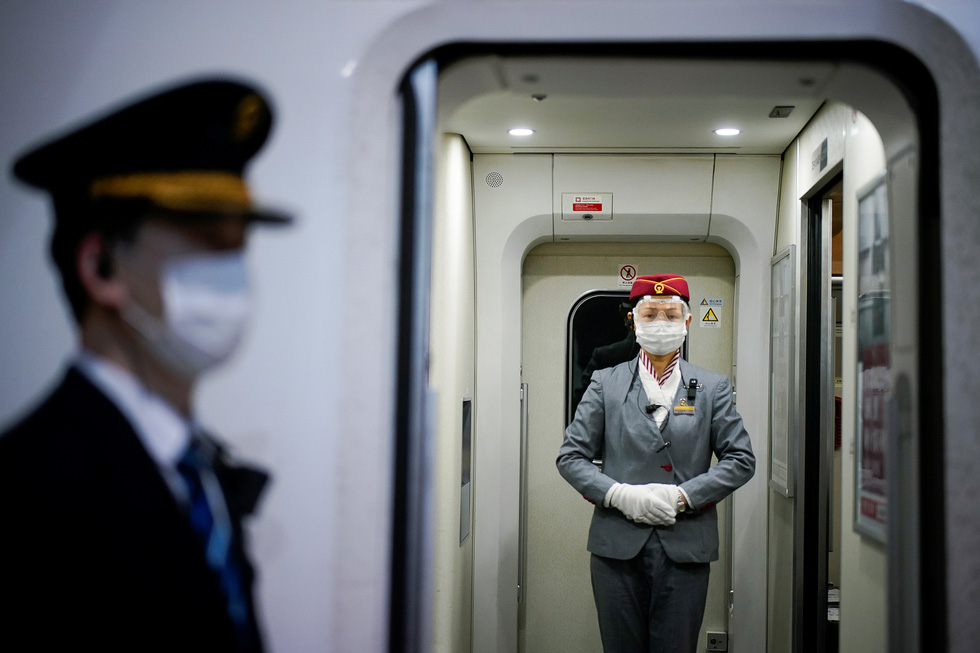 Trung Quốc chính thức dỡ bỏ phong tỏa Vũ Hán, hàng ngàn người đổ tới ga tàu - Ảnh 9.