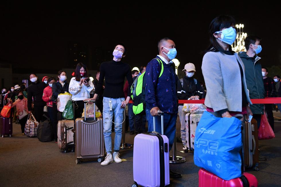 Trung Quốc chính thức dỡ bỏ phong tỏa Vũ Hán, hàng ngàn người đổ tới ga tàu - Ảnh 8.