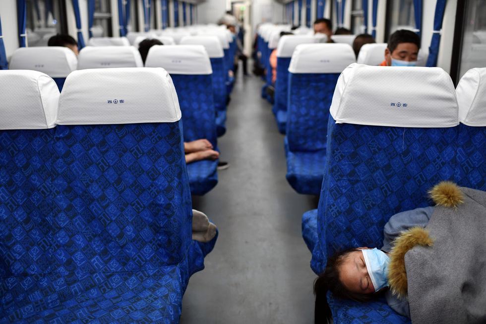 Trung Quốc chính thức dỡ bỏ phong tỏa Vũ Hán, hàng ngàn người đổ tới ga tàu - Ảnh 7.