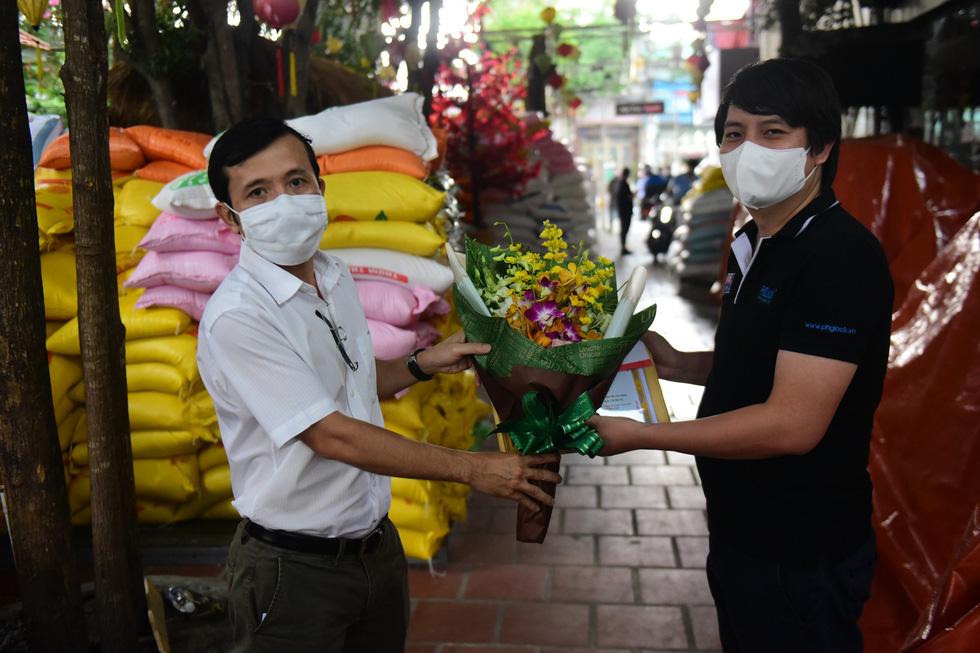 Báo Tuổi Trẻ trao danh hiệu Bạn đồng hành quanh tôi cho chủ nhân 'ATM gạo' - Ảnh 1.