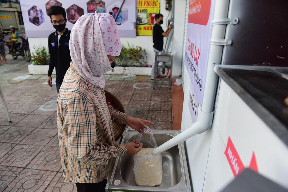 Báo Tuổi Trẻ trao danh hiệu Bạn đồng hành quanh tôi cho chủ nhân 'ATM gạo' - Ảnh 5.
