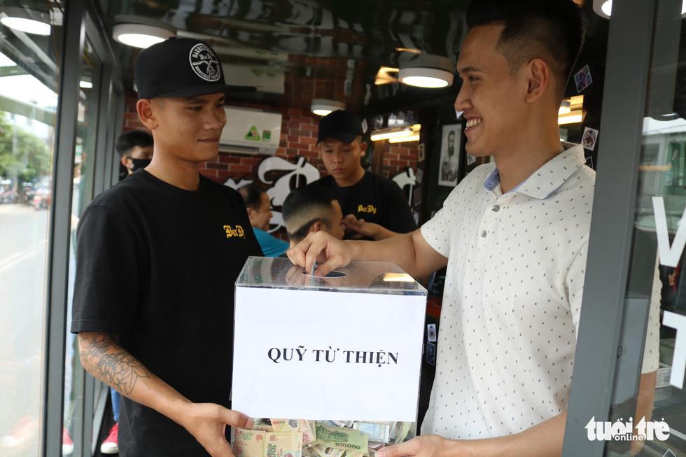 Tiệm hớt tóc trên xe tải đi xuyên Việt gom 10.000 nụ cười gây quỹ - Ảnh 6.