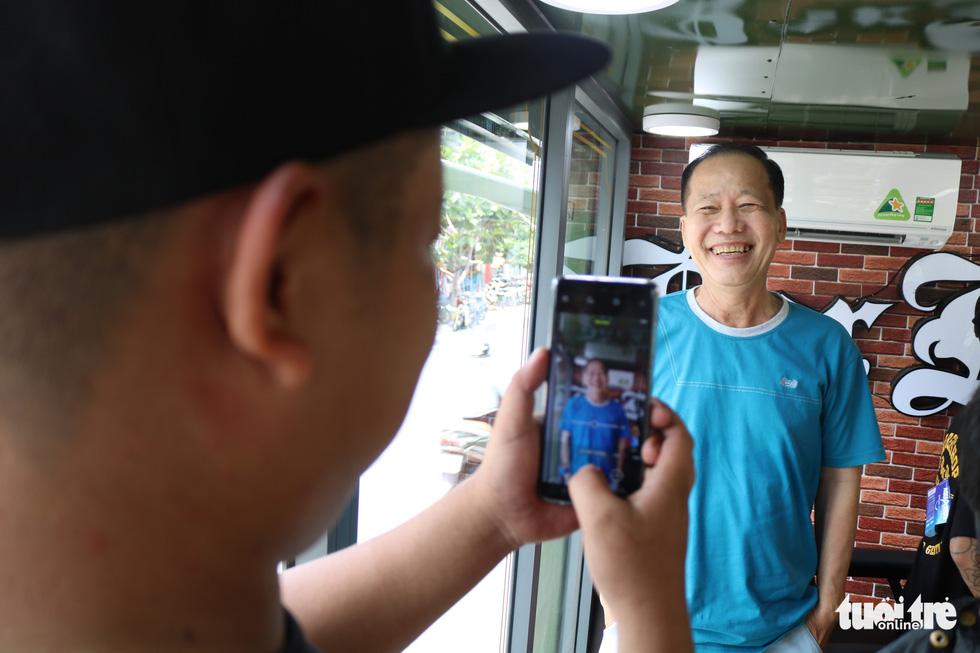 Tiệm hớt tóc trên xe tải đi xuyên Việt gom 10.000 nụ cười gây quỹ - Ảnh 1.