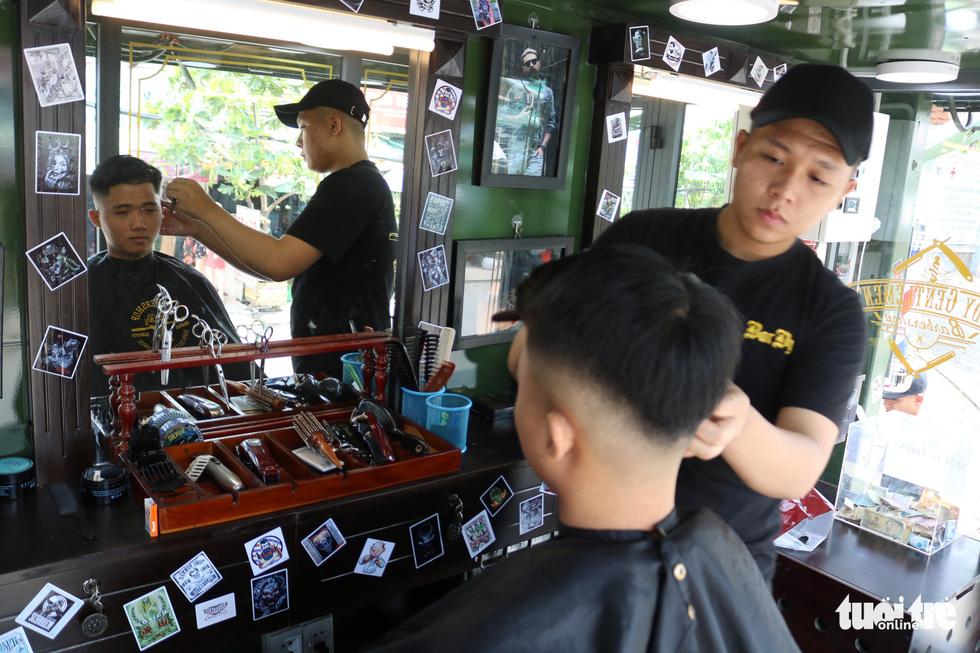 Tiệm hớt tóc trên xe tải đi xuyên Việt gom 10.000 nụ cười gây quỹ - Ảnh 5.