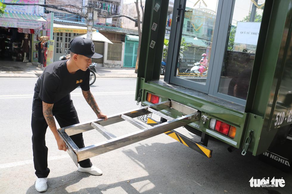 Tiệm hớt tóc trên xe tải đi xuyên Việt gom 10.000 nụ cười gây quỹ - Ảnh 3.