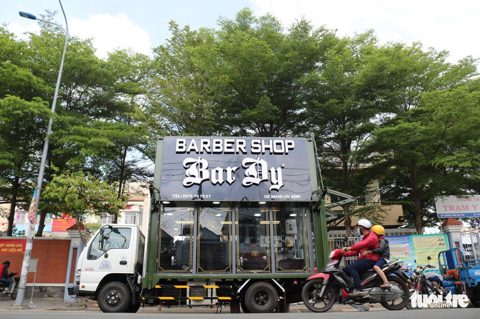 Tiệm hớt tóc trên xe tải đi xuyên Việt gom 10.000 nụ cười gây quỹ - Ảnh 2.