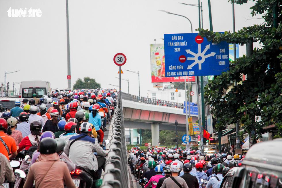 Dòng xe và người khủng khiếp trên đường Nguyễn Kiệm, Nguyễn Thái Sơn - Ảnh 3.