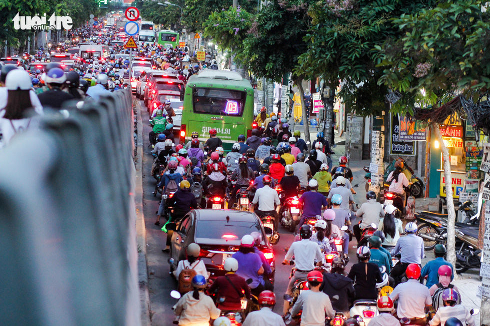Dòng xe và người khủng khiếp trên đường Nguyễn Kiệm, Nguyễn Thái Sơn - Ảnh 5.