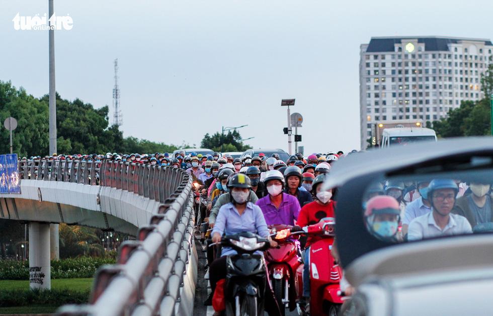 Dòng xe và người khủng khiếp trên đường Nguyễn Kiệm, Nguyễn Thái Sơn - Ảnh 4.