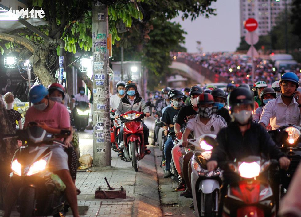 Dòng xe và người khủng khiếp trên đường Nguyễn Kiệm, Nguyễn Thái Sơn - Ảnh 7.