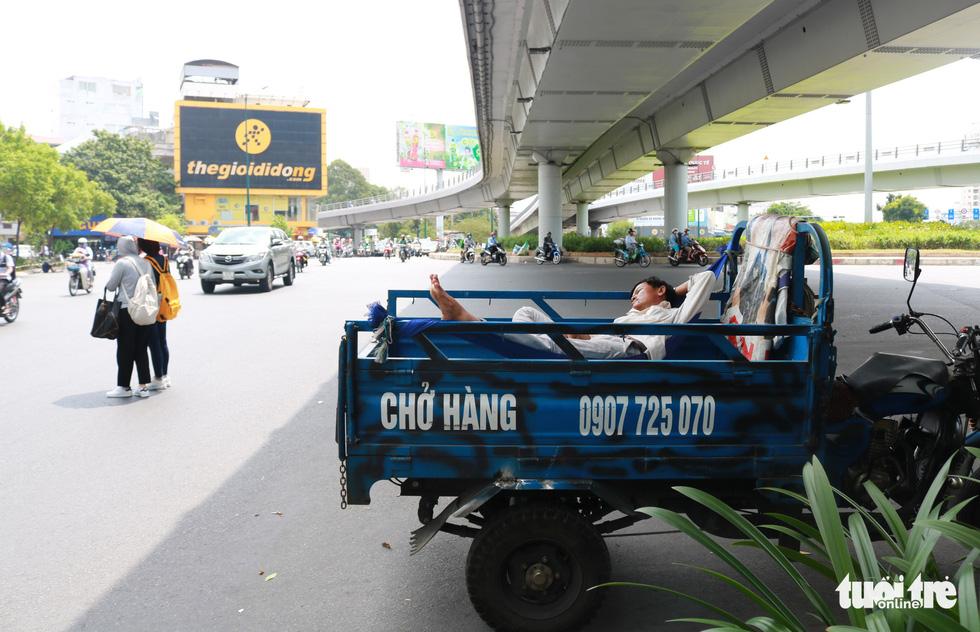 Sài Gòn nhiều ngày 36 - 37 độ, đủ kiểu chống nắng nóng - Ảnh 2.