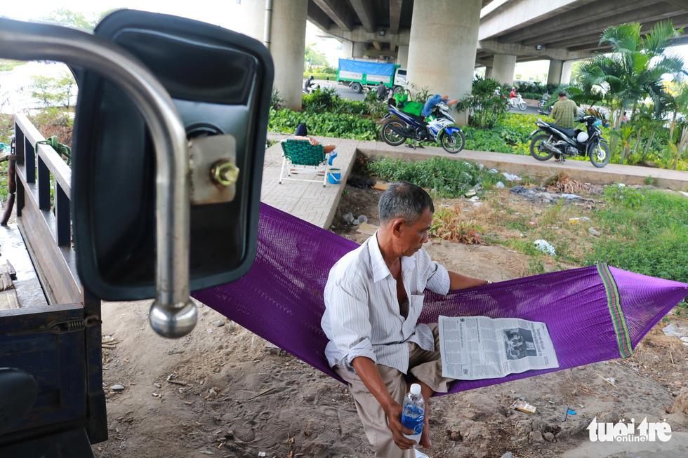 Sài Gòn nhiều ngày 36 - 37 độ, đủ kiểu chống nắng nóng - Ảnh 3.