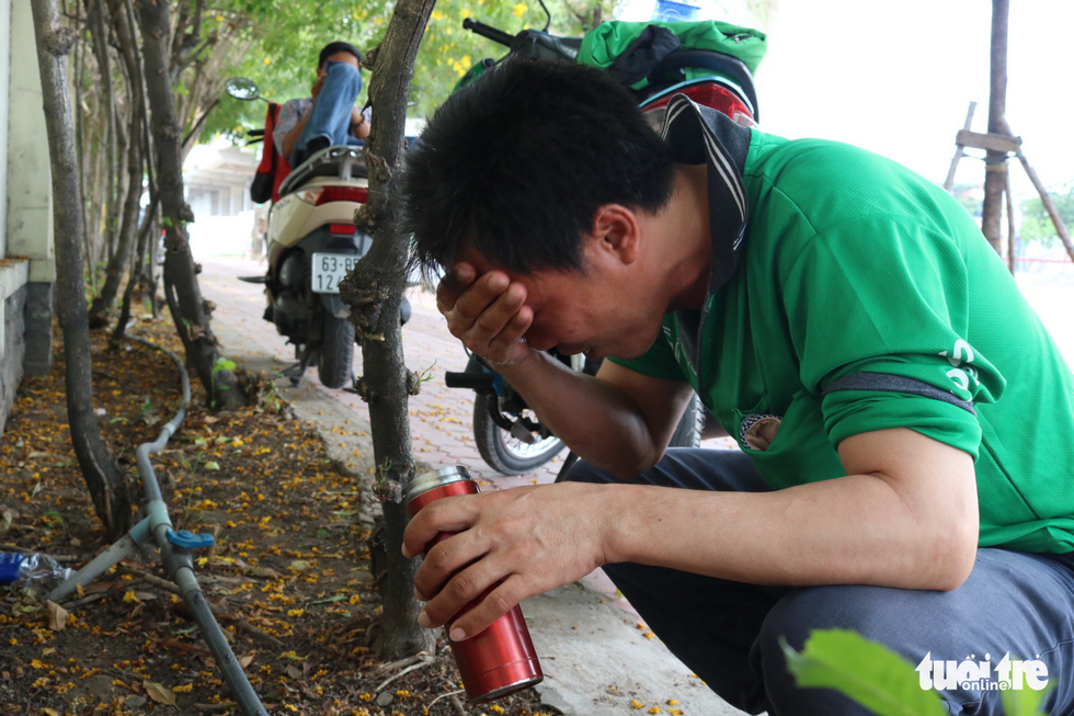 Sài Gòn nhiều ngày 36 - 37 độ, đủ kiểu chống nắng nóng - Ảnh 8.