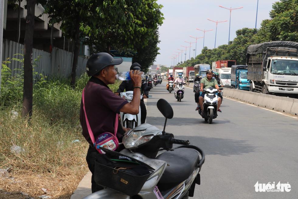 Sài Gòn nhiều ngày 36 - 37 độ, đủ kiểu chống nắng nóng - Ảnh 9.