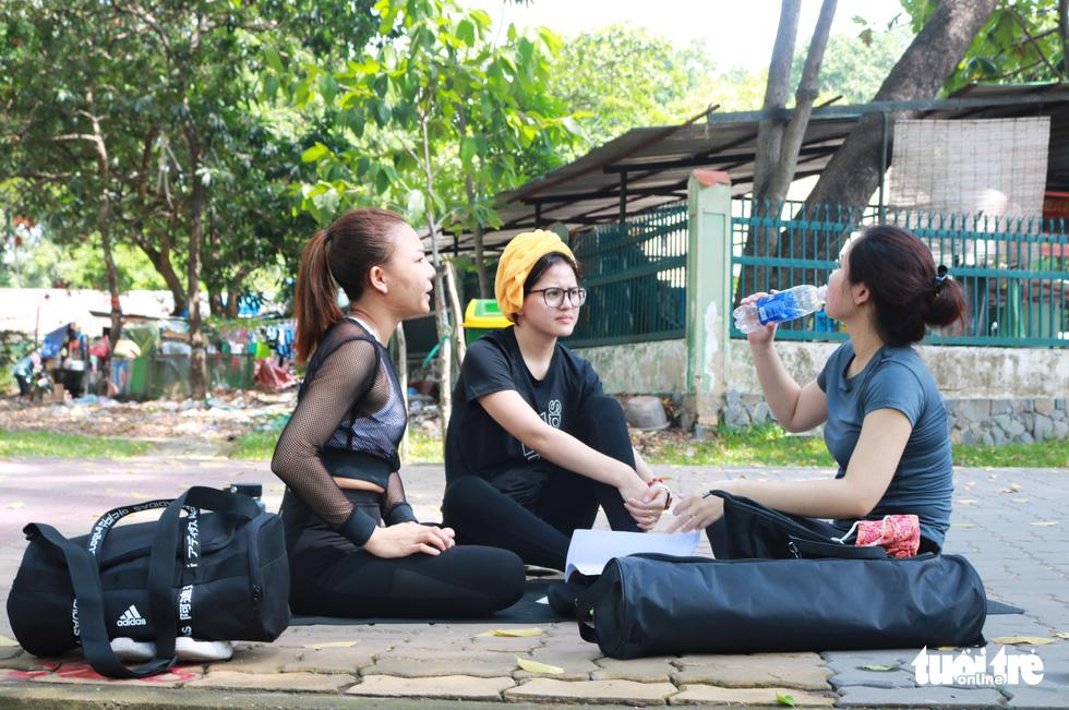 Sài Gòn nhiều ngày 36 - 37 độ, đủ kiểu chống nắng nóng - Ảnh 1.