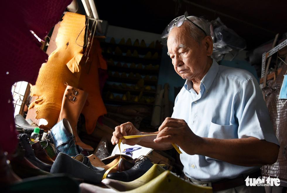Người nghệ nhân già gần 90 tuổi lưu giữ hào quang của nghệ thuật đóng giày - Ảnh 1.
