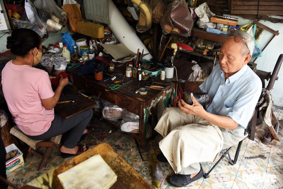 Người nghệ nhân già gần 90 tuổi lưu giữ hào quang của nghệ thuật đóng giày - Ảnh 6.