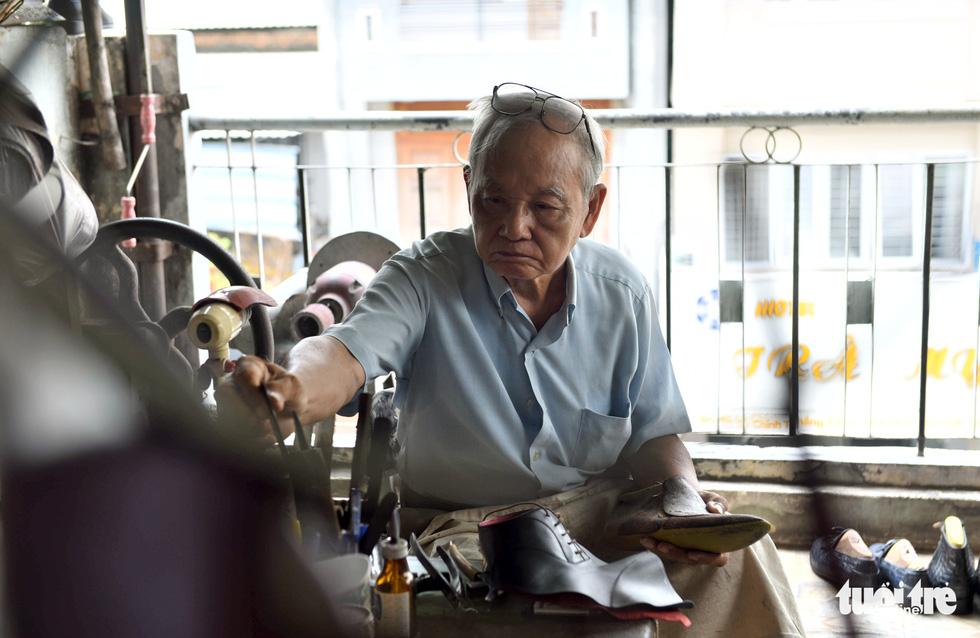 Người nghệ nhân già gần 90 tuổi lưu giữ hào quang của nghệ thuật đóng giày - Ảnh 8.