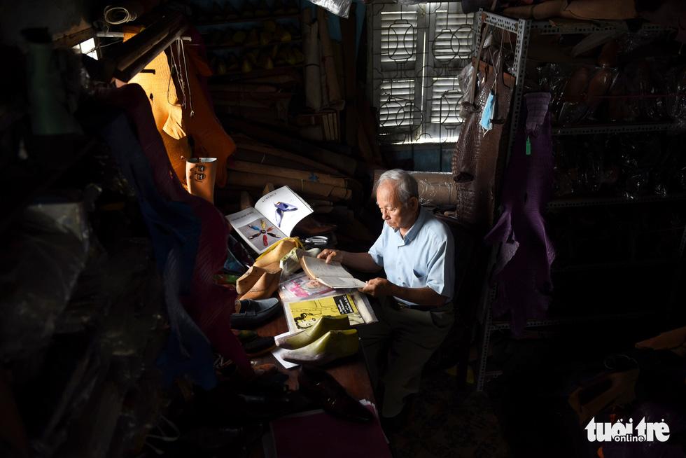 Người nghệ nhân già gần 90 tuổi lưu giữ hào quang của nghệ thuật đóng giày - Ảnh 10.