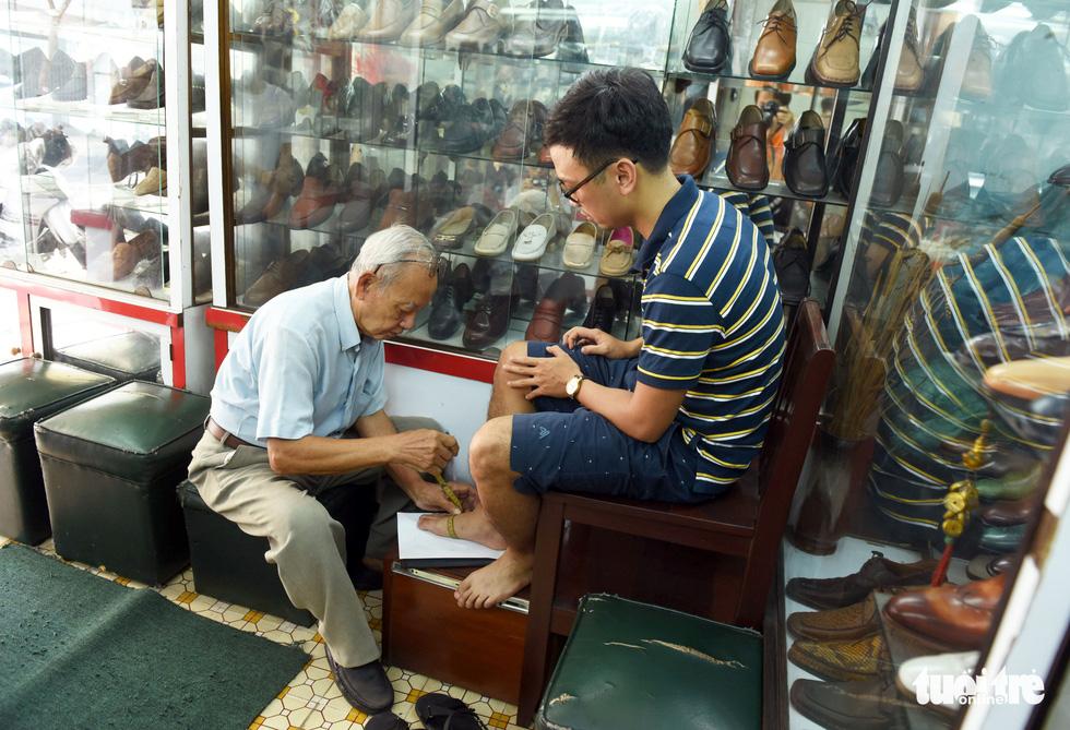 Người nghệ nhân già gần 90 tuổi lưu giữ hào quang của nghệ thuật đóng giày - Ảnh 2.