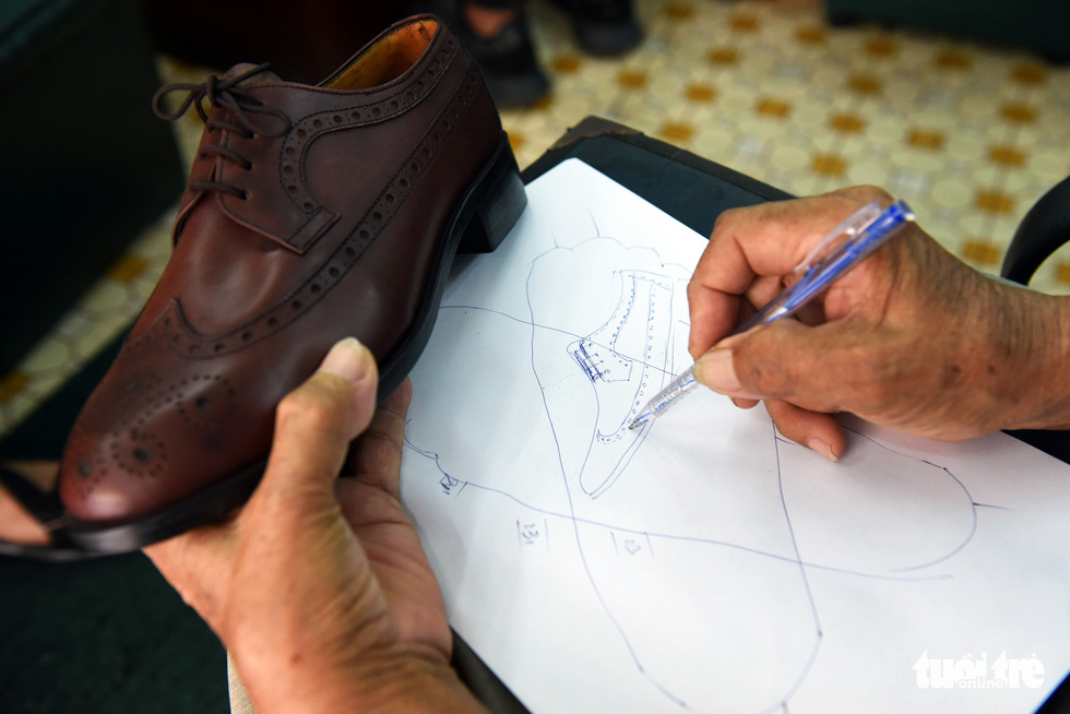Người nghệ nhân già gần 90 tuổi lưu giữ hào quang của nghệ thuật đóng giày - Ảnh 3.