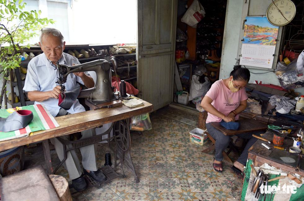 Người nghệ nhân già gần 90 tuổi lưu giữ hào quang của nghệ thuật đóng giày - Ảnh 13.
