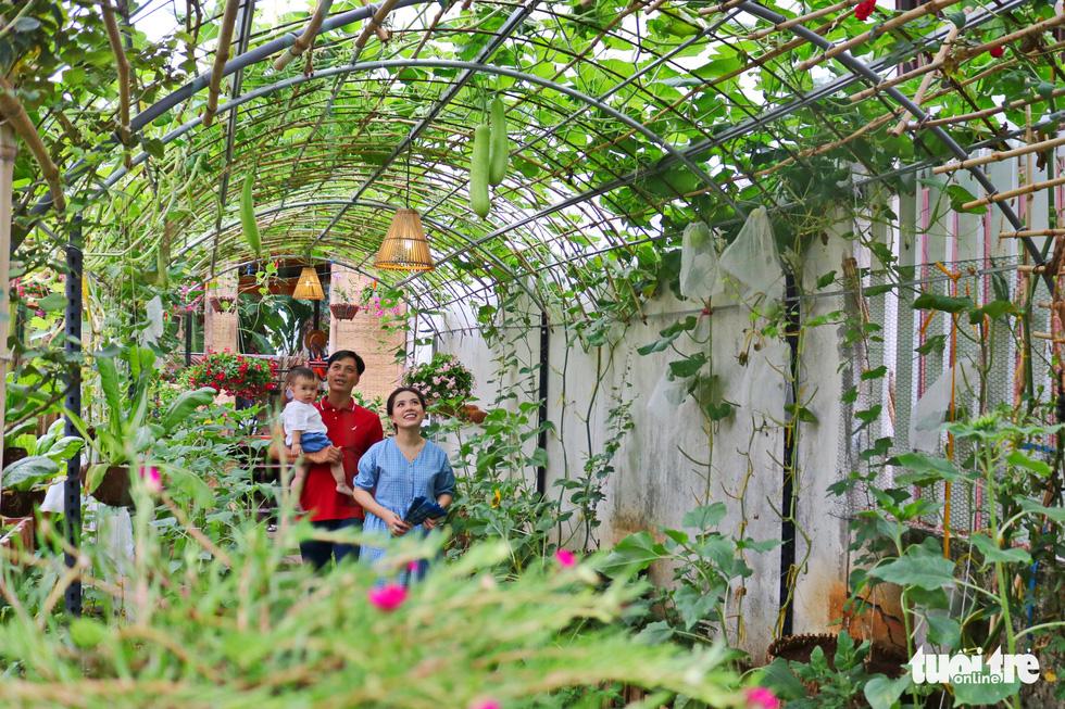 Đôi vợ chồng ở Sài Gòn biến khu đất 273m² thành vườn rau đầy cây trái sau thời gian cách ly - Ảnh 1.