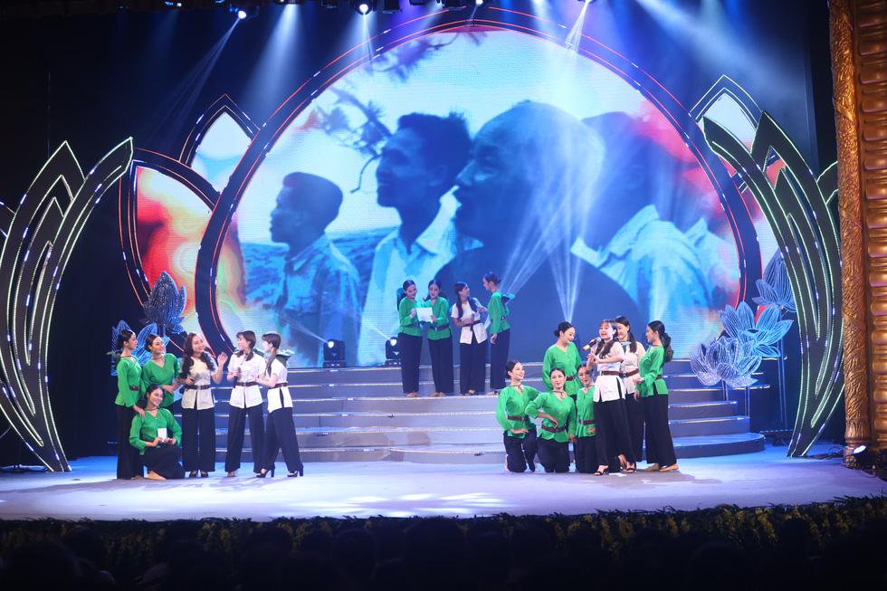 Rực rỡ sắc màu chương trình nghệ thuật đặc biệt Dâng Người tiếng hát mùa xuân - Ảnh 4.
