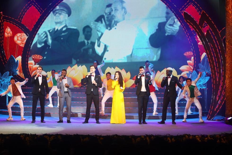 Rực rỡ sắc màu chương trình nghệ thuật đặc biệt Dâng Người tiếng hát mùa xuân - Ảnh 3.