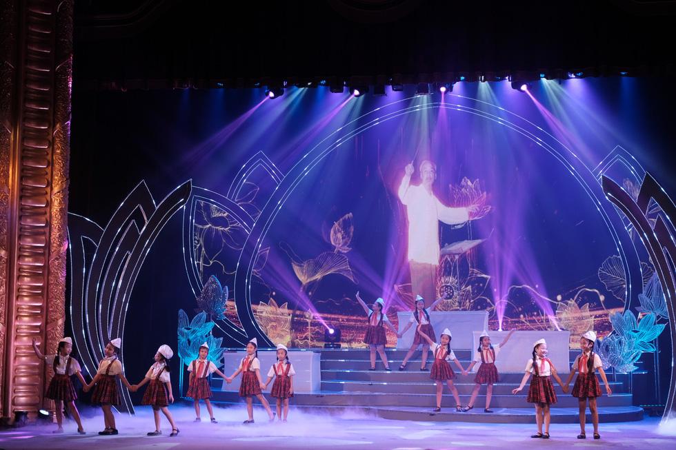 Rực rỡ sắc màu chương trình nghệ thuật đặc biệt Dâng Người tiếng hát mùa xuân - Ảnh 6.