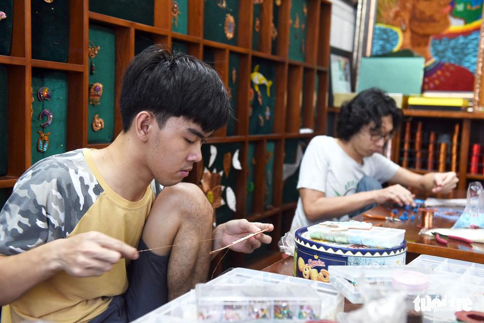 Cô gái sáng tạo ra dòng tranh dây đồng, chỉ truyền nghề cho người khuyết tật - Ảnh 10.