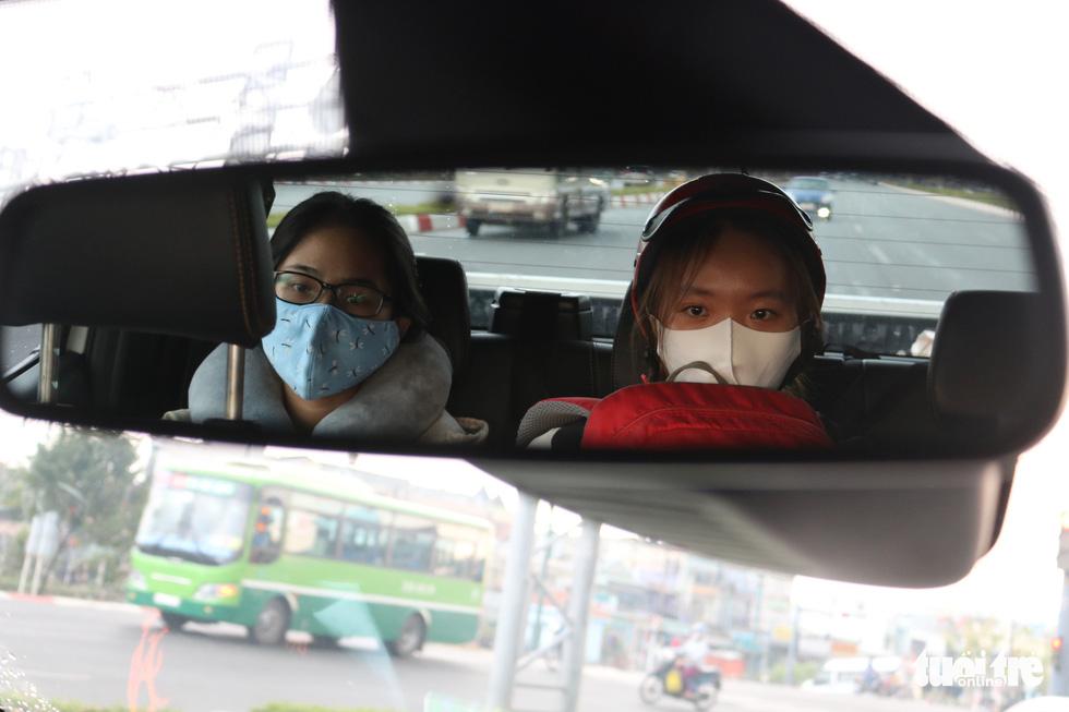 Lấy xe nhà chở miễn phí giúp các bạn sinh viên đi lại an toàn - Ảnh 2.
