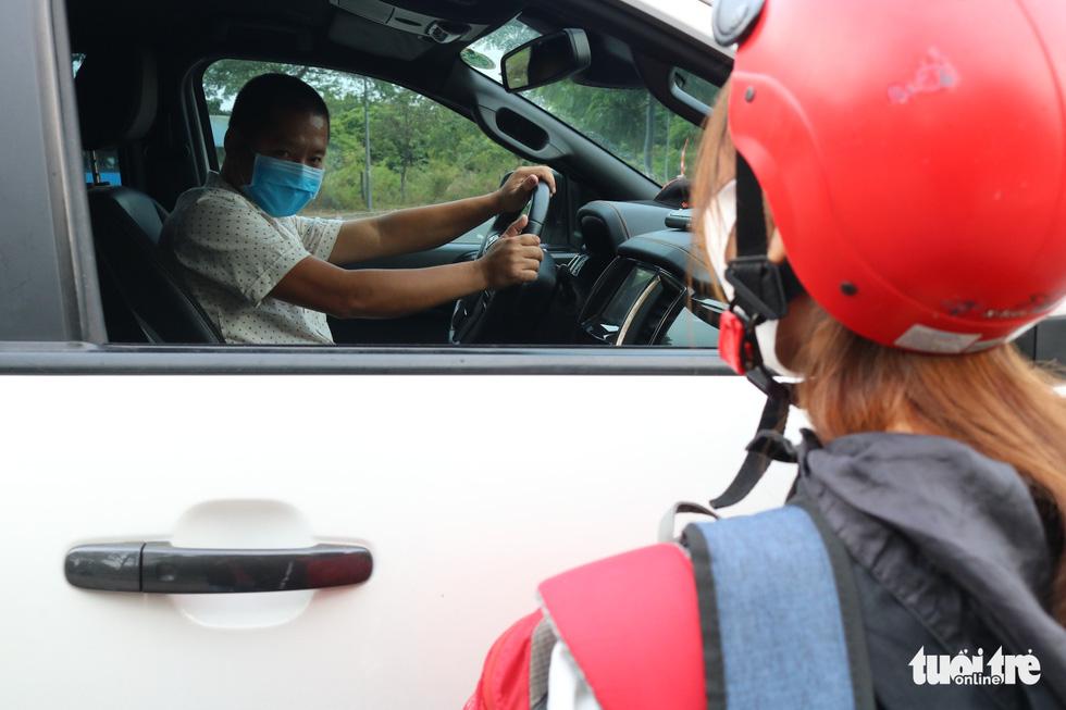 Lấy xe nhà chở miễn phí giúp các bạn sinh viên đi lại an toàn - Ảnh 3.