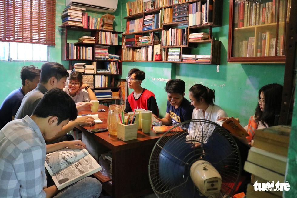 Uống cà phê trả bằng sách tại Sài Gòn - Ảnh 5.